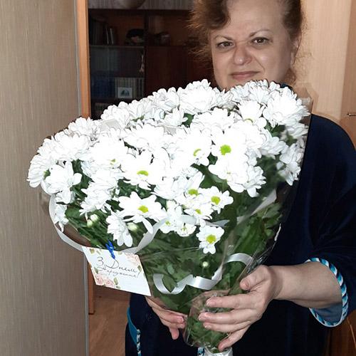 Букет белых ромашковых хризантем фото вручения
