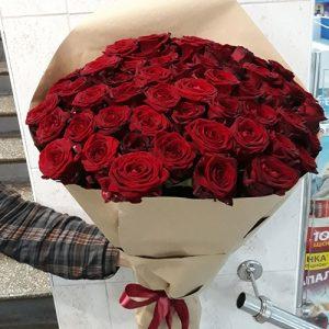 огромный букет из 51 розы красного цвета - лучший способ выразить свою любовь