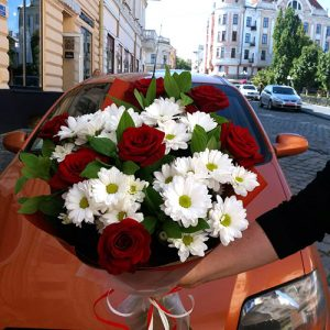 белые хризантемы и розы в Черновцах фото