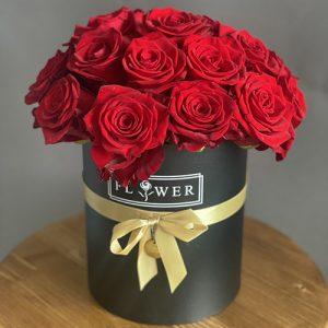 21 троянда в капелюшній коробці