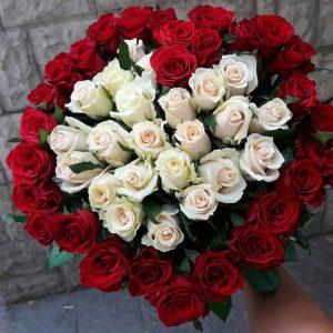 букет в форме сердца из 51 розы фото