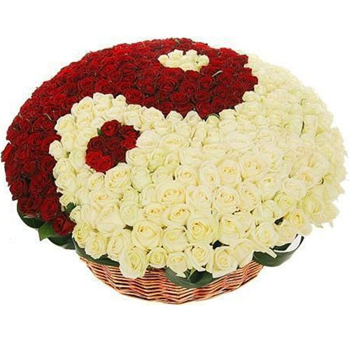 """101 троянда """"Інь-Ян"""" у кошику"""
