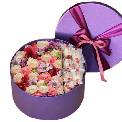 """Шляпная коробка """"Сладкие чувства"""" розы и Раффаэлло"""