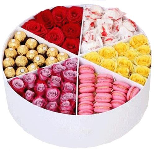 Прихоть богача сладости и цветы в коробке
