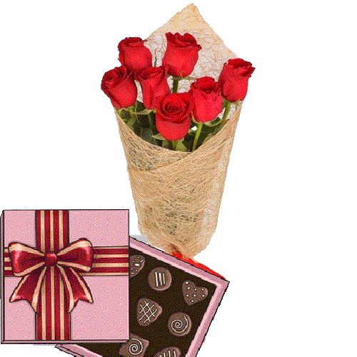 букет к празднику 7 красных роз с конфетами
