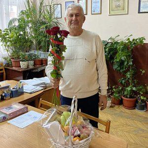 метровые розы и корзина фруктов