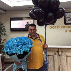фото доставки 101 синяя роза и шарики
