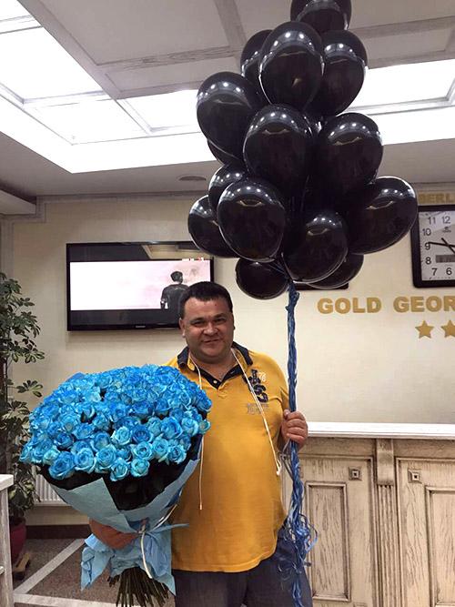 букет синих роз и воздушные шары