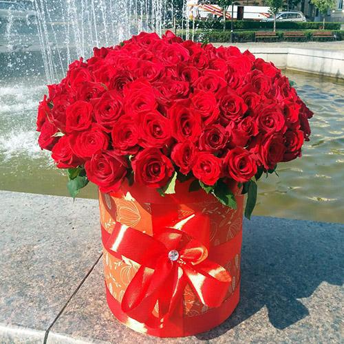101 красная роза в шляпной коробке с доставкой в Черновцах